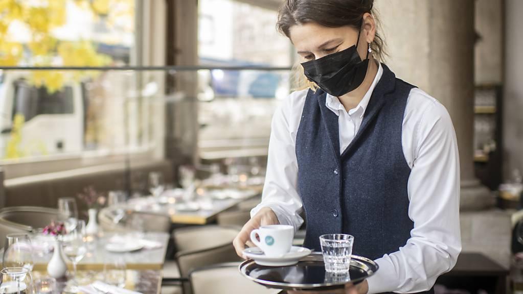 Die Ökonomen der UBS rechnen ab Sommer mit einer kräftigen Erholung der Schweizer Wirtschaft. Dazu tragen insbesondere Lockerungen der Corona-Massnahmen bei, wie etwa die Wiedereröffnung der Restaurants.(Archivbild)