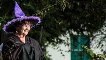 «Ich mag Hexen einfach, finde das tolle Frauen», erklärt die 70-jährige Rosmarie Tschabold in ihrem Garten. Chris Iseli