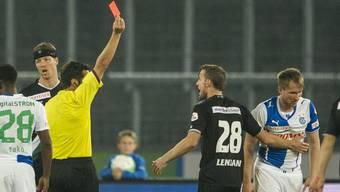 Hitziges Spiel: Hajrovic (rechts) sieht nach seiner Attacke an Besle die rote Karte.