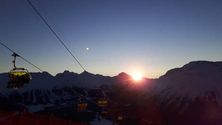 Früh am Morgen um rund 05:45 Uhr, wenn die Sonne aufgeht, beginnt für die fleissigen Helfer der Ski-WM der Arbeitstag in St. Moritz. Der Wecker klingelt bereits um 04.30 Uhr. Feierabend ist aber erst, wenn alle Arbeiten erledigt wurden. Da kann es durchaus schon mal 18:30 Uhr werden.