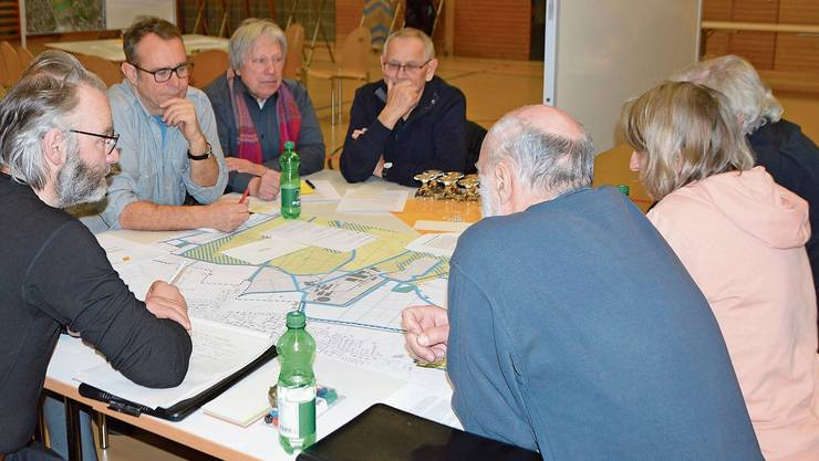 Die Teilnehmer studierten an dem Workshop die Richtpläne des Bahnhofareals. Die Ideen wurden gesammelt und anschliessend vorgestellt.