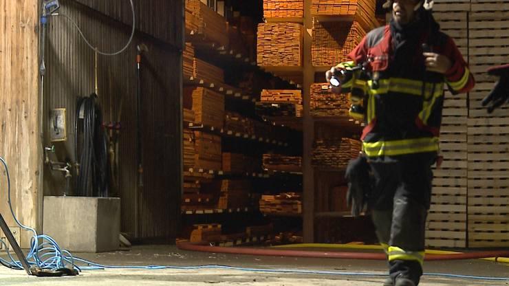 Merenschwand: Feuerwehr und Brandschutztechnik verhindern einen Grossbrand in der Kistenfabrik.