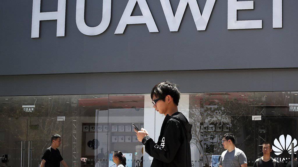 Das neue Huawei-Betriebssystem soll erst einmal in einem neuen TV verbaut werden: ein Geschäft in Peking (Archivbild).