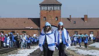 Viele junge Jugendliche gedachten der Opfer des Holocausts