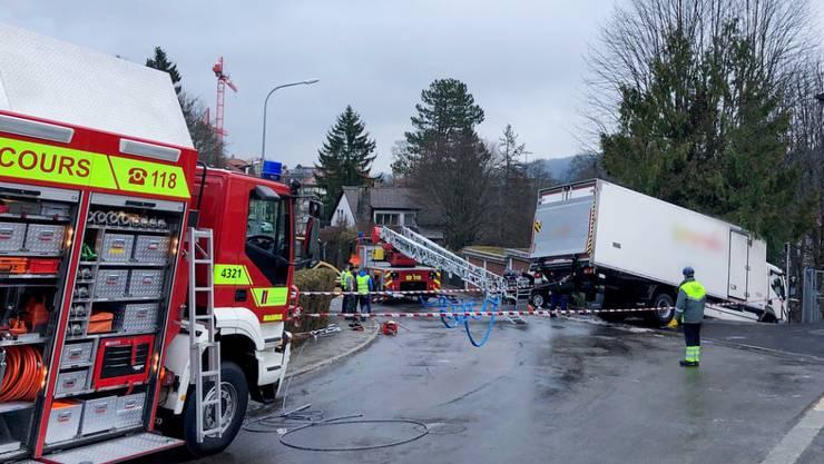 Wegen einer vereisten Strasse ist ein Kühllastwagen in La Chaux-de-Fonds NE über eine Treppe geschlittert. Ein 60-jähriger Fussgänger wurde beim Unfall schwer verletzt.