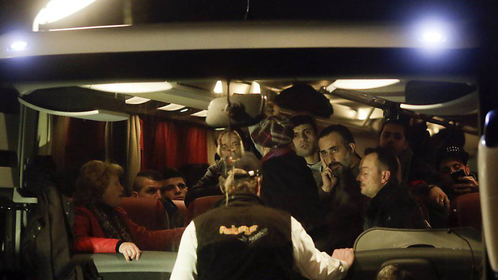 Die Flüchtlinge im Bus kurz nach ihrer Ankunft in Berlin - am Freitagmorgen reisten die meisten von ihnen bereits wieder zurück nach Bayern.