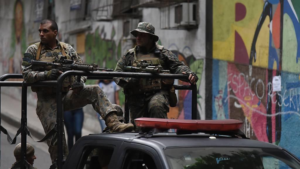 ARCHIV - Sicherheitskräfte patrouillieren in der favela Babilonia. In keinem anderen Land der Welt kommen so viele Menschen bei Polizei-Einsätzen ums Leben wie in Brasilien. Foto: Fabio Teixeira/dpa