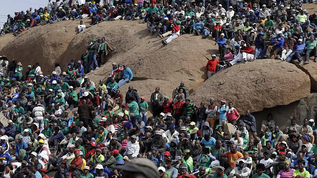 Gedenkanlass im Jahr 2012 für die durch Polizeigewalt getöteten Minenarbeiter bei Marikana in Südafrika. (Archivbild)