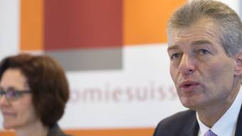 Heinz Karrer spricht neben Monika Rühl an der Jahresmedienkonferenz