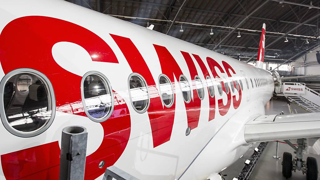 Swiss holt C-Series-Flieger an dem Boden