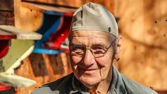 Kaspar Hummel ist glücklich: Seit seine zahlreichen Weiden rund ums Haus im Weiler Weissenbach zu blühen begonnen haben, werden sie von seinen Bienen umschwirrt, dass man es richtig hören kann.