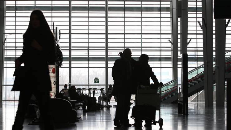 Mit einer Reihe von Massnahmen will der FlughafenBasel-Mülhausenverhindern, dass sich während kommenden Ferienzeiten erneut lange Warteschlangen bilden. (Archiv)