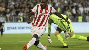 Emmanuel Emenike erhöht in der Nachspielzeit auf 3:1 für Olympiakos Piräus - der Schweizer Teamkollege Pajtim Kasami steht nicht im Aufgebot