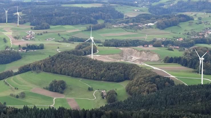 Geplanter Windpark mit vier Anlagen: Links die beiden Anlagen auf Aargauer Boden, rechts die beiden Anlagen auf Luzerner Boden.