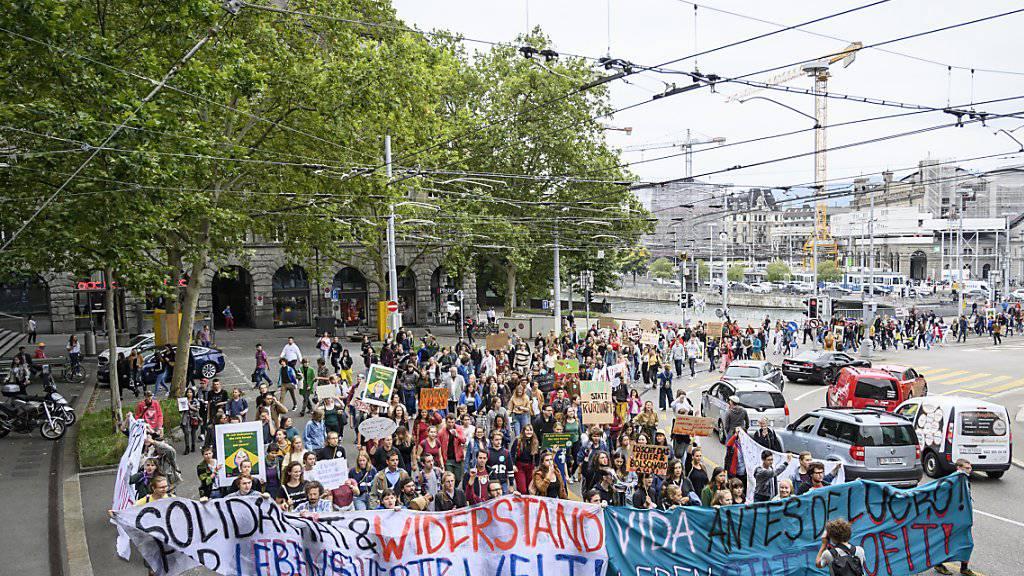 Mehrere 100 Personen nahmen am Protest in Zürich gegen die Amazonas-Politik des brasilianischen Präsidenten Jair Bolsonaro teil.