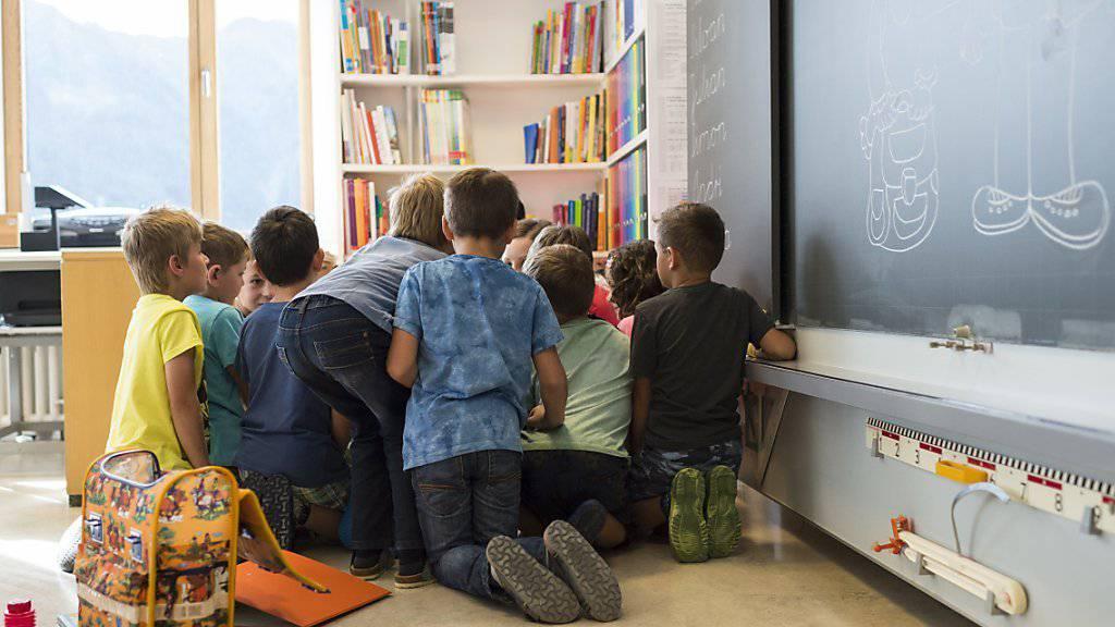 Mit gezielten Finanzhilfen will der Bundesrat die Vereinbarkeit von Familien und Erwerbstätigkeit fördern. Die Kantone sollen sich mit den Mitteln stärker an den Betreuungskosten für die Kinder beteiligen und das Angebot besser auf die Bedürfnisse der Eltern ausrichten. (Archivbild)