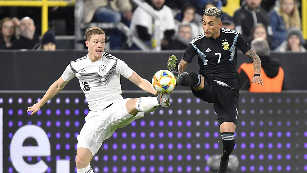 Marcel Halstenberg (links) kämpft mit Roberto Pereyra um den Ball