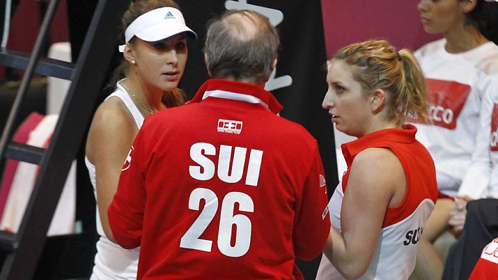 Erfolgreiche Schweizerinnen: Belinda Bencic (links) und Timea Bacsinszky besprechen sich im Fedcup mit Coach Heinz Günthardt (Archivbild)