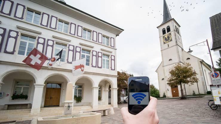 Am Röschenzer Dorfplatz ärgerte sich schon mancher über die schlechte Mobilfunkverbindung. Das ist bald passé.