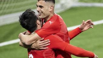 Nedim Bajrami (rechts) kann sich gegen Aserbaidschan als einziger Torschütze feiern lassen