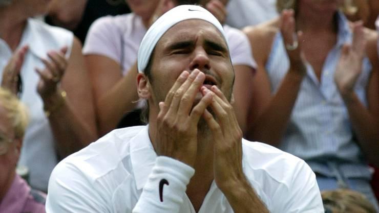 2003: Federer s. Philippoussis 7:6 (7:5), 6:2, 7:6 (7:3) Auf dem Weg in den Final gibt Roger Federer nur einen Satz ab. Im Halbfinal setzt er sich klar gegen Favorit Andy Roddick durch. Schwierige Momente erlebt der Schweizer vor den Achtelfinals gegen Feliciano Lopez, als er sich wegen eines Hexenschusses behandeln lassen muss. «Für mich ist es ein Wunder, dass ich mit diesen Schmerzen gewinnen konnte.» Gegen den ungesetzten Philippoussis gewinnt Federer klar. Er sinkt in die Knie, es fliessen Tränen. «Magisch, kaum zu fassen», sagt Federer.