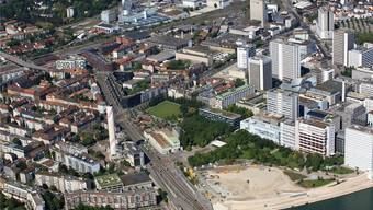 Am untereren Bildrand sieht man einen Teil der Nordtangente, die den Rhein überquert. In Verlängerung der Strasse ist hinter dem Kamin der Voltaplatz mit dem Gebäude Janus zu sehen, das sich bis zum Lothringerplatz zieht, wo rechts der rötliche Bau Volta West beginnt. Das weisse Gebäude gegenüber heisst Volta Mitte.