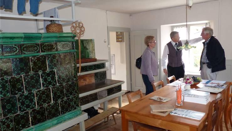 Rösli Leimgruber ging sorgsam mit ihrem Haus um, pflegte auch den schönen, grünen Kachelofen und ruhte sich wohl jeweils auf seinem Ofenbänkli aus. (Bild: Ingrid Arnd)