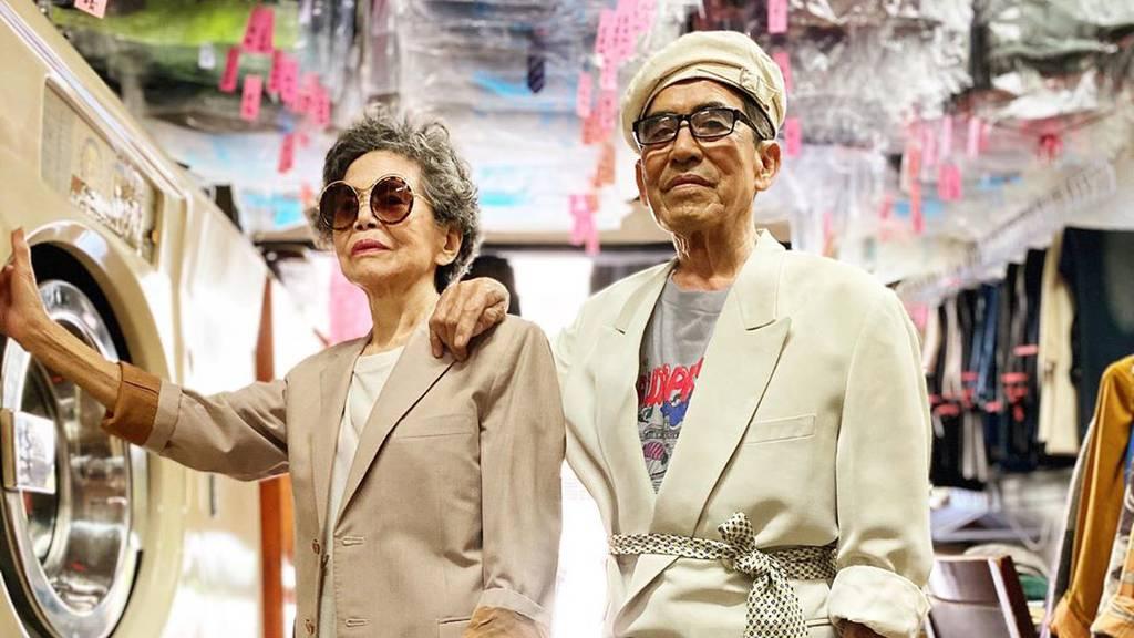 Senioren-Paar trägt vergessene Kleidung aus Wäscherei