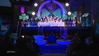 Der Verein rund um die Oper in Hallwyl hat sich aufgelöst. Nachdem die Zuschauerzahlen rückläufig waren, konnte die Finanzierung des Projekts nicht mehr gesichert werden. Auch der Kanton lehnte eine finanzielle Unterstützung der Oper ab.
