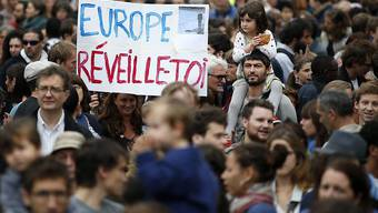 Mehrere tausend Menschen demonstrieren in Paris für offene Grenzen für Flüchtlinge, die derzeit auf dem Weg nach Europa sind.