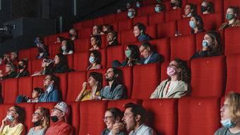 Da war die Maskenpflicht noch nicht bei allen durchgedrungen: Publikum im Eröffnungsfilm letzten Dienstag.