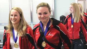 Die Urdorferin Alina Pätz (rechts) bei ihrer Rückkehr am Flughafen Zürich mit der WM-Goldmedaille