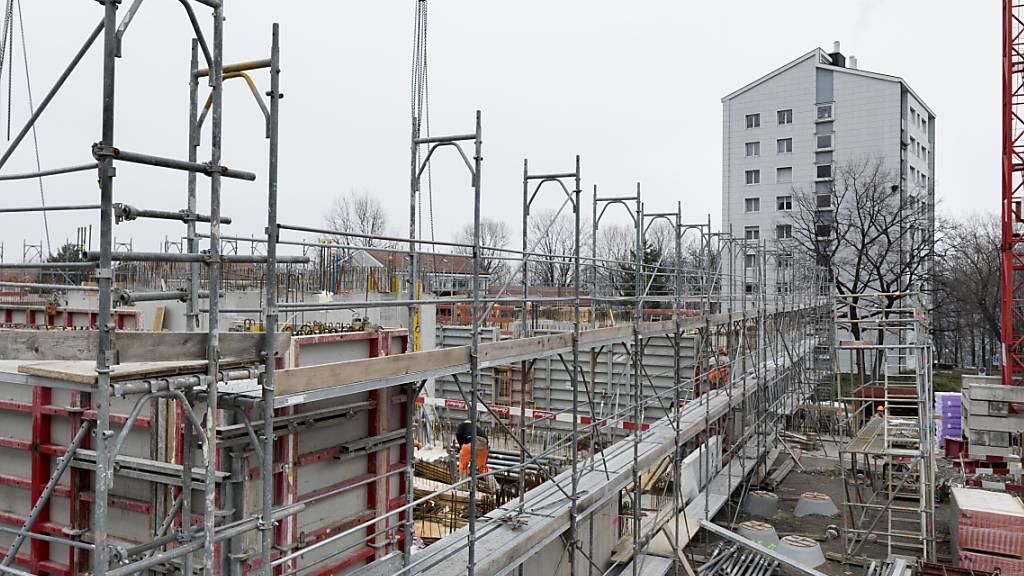 Mittelfristig werden in der Schweiz nicht weniger Wohnungen gebaut: Es gibt eine hohe Anzahl an grossen Bauprojekten in Agglomerationsräumen wie Zürich oder Genf. (Symbolbild)