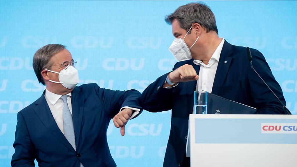 Armin Laschet, CDU-Kanzlerkandidat, CDU-Bundesvorsitzender und Ministerpräsident von Nordrhein-Westfalen, und Markus Söder, CSU-Vorsitzender und Ministerpräsident von Bayern, verabschieden sich nach Pressekonferenz zum gemeinsamen Wahlprogramm für die Bundestagswahl.