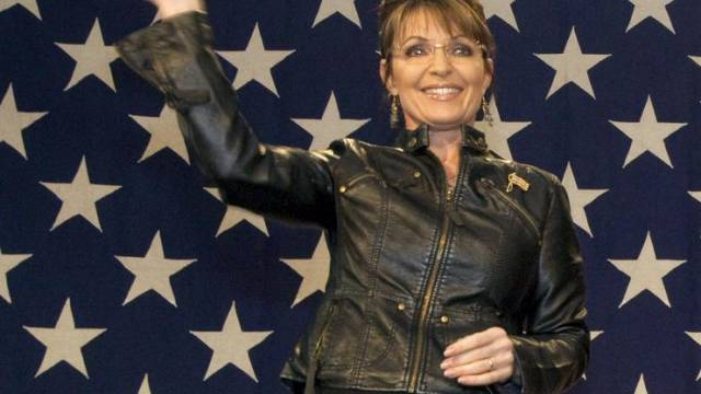 Sarah Palin winkt Anhängern zu.