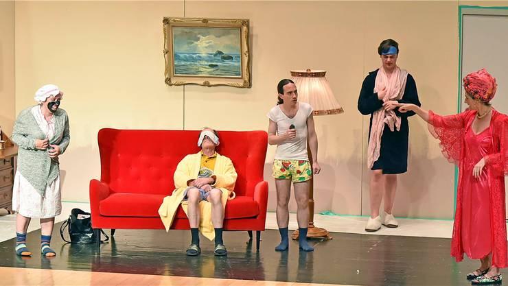 Operetten-Diva Ludmilla Stroganoff (rechts, gespielt von Mägi Niederöst), macht alles und jeden zur Schnecke. Remo Fröhlicher