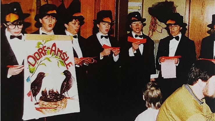 Die «Dorfamsle» traten 1983 erstmals mit ihren Schnitzelbänken auf und lösten sich im Jahr 2000 auf.