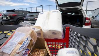 Bei den Hamsterkäufen gehen unter anderem Toilettenpapier und Konserven vermehrt über den Ladentisch. (Symbolbild)