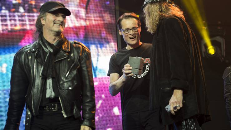 Chris von Rohr empfängt den Swiss Award von Roger Köppel.
