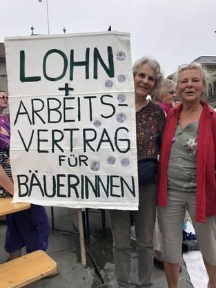Vreni Wüthrich (links) mit Plakat und einer Freundin auf dem Bundesplatz. Sie streiken für die Rechte der nächsten Generation.