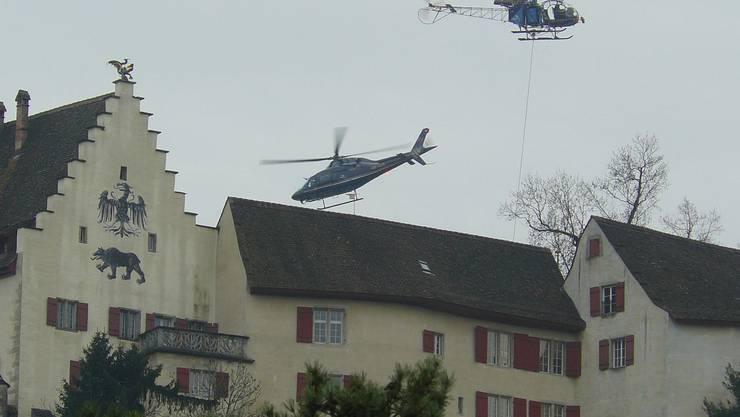 Spektakulär, aber umstritten: Die Dachsanierung des Schlosses Lenzburg per Helikopter. (Bild: Peter Zimmermann)