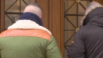 """Im Mai 2014 stürmten Basler Hooligans bei der """"Schlacht von Aarau"""" das Brügglifeld und randalierten. Nun standen zwei damals Vermummte vor Gericht. Und wurden teilweise freigesprochen."""