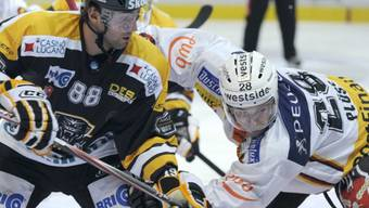 Luganos Kevin Romy gegen Martin Plüss vom SCB