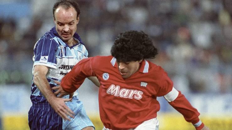 Diego Maradona (rechts) vom SSC Napoli im Zweikampf mit dem Wettinger Spieler Jan Svensson 1989 im Letzigrund-Stadion in Zürich. (KEYSTONE/Str)
