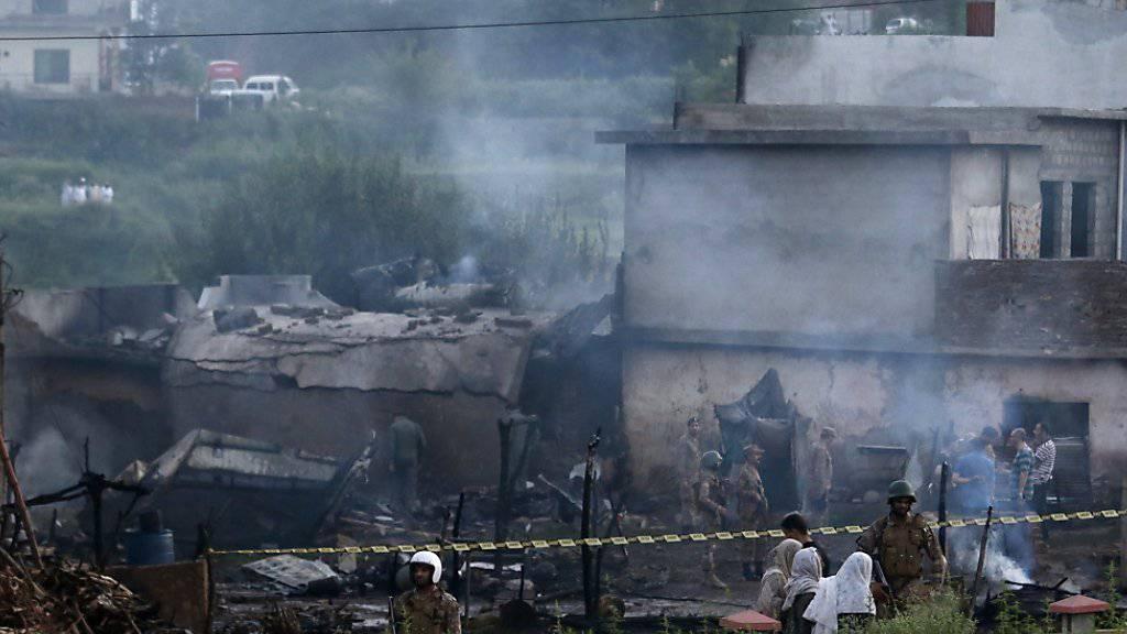 In Pakistan stürzt ein Kleinflugzeug der Luftwaffe in ein Wohngebiet am Rande der Millionenstadt Rawalpindi. Fünf Häuser gehen in Flammen auf, fünf Crewmitglieder und mindestens 14 Zivilisten sterben.
