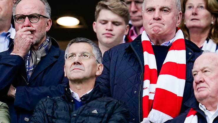 Uli Hoeness im Schal. Er wird sich den Match in London nicht entgehen lassen