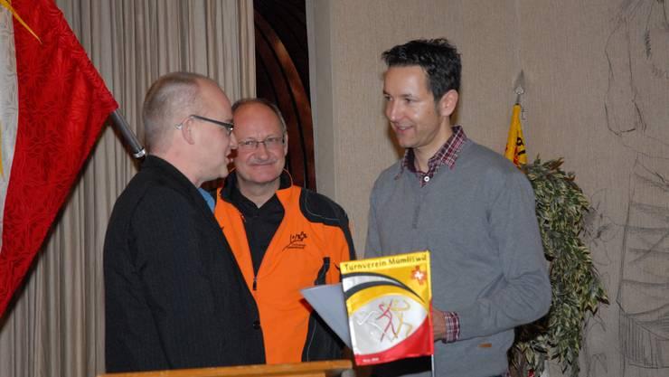 vlnr.: Daniel Dietschi (Laudator) und Urs Füeg (Präsident) mit dem neuen Ehrenmitglied Thomas Stich