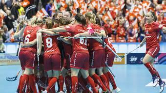 Die Schweizerinnen freuen sich riesig über den Sieg im Schlüsselspiel gegen Finnland