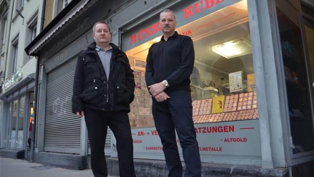 Sie haben den Dieb in die Flucht geschlagen: Inhaber Patrick Huber (links) und Mitarbeiter R. Agola.