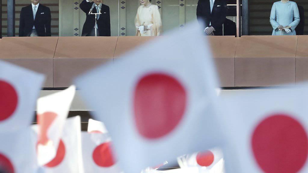 Zehntausende haben dem japanischen Kaiser Akihito (2.v.l) zu  seinem 84. Geburtstag die Ehre erwiesen.
